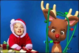 Nette Fotomontage zu verkleiden sich als Baby mit Weihnachtsmann-Kostüm