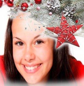 Fügen Sie in einer Ecke des Fotos Weihnachtsschmuck in grau und rot Farbe