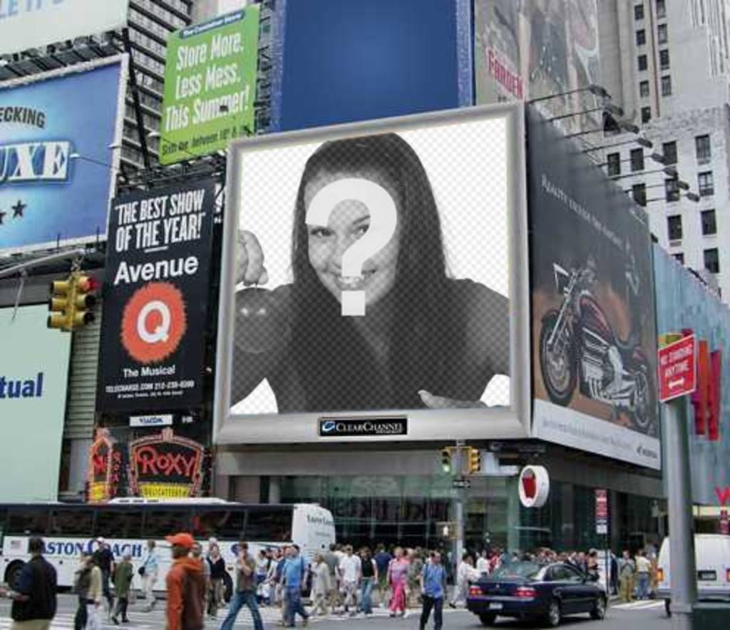 Fotomontage, ein Mitarbeiter von einem städtischen Umfeld, mit einer Werbung Bildschirm, unter vielen Plakaten. Ihr Foto erscheint auf sie. Sie können es als einen Witz an Ihre Freunde senden