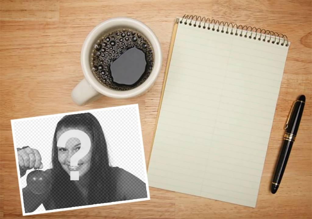 Fügen Sie Ihr Foto auf einem Tisch mit einem Notebook und einer Tasse Kaffee
